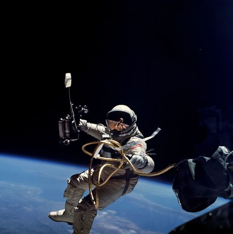 Ed_White_performs_first_U.S._spacewalk_-_GPN-2006-000025.jpg
