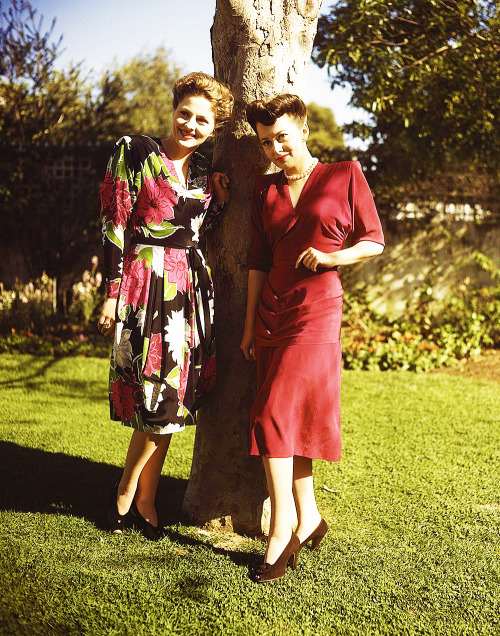 Joan Fontaine and Olivia De Havilland, C.1945.jpg