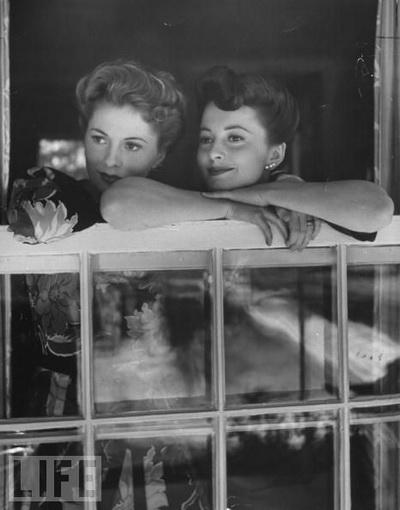 Joan_fontaine_olivia_dehaviland_sisters_1942.jpg