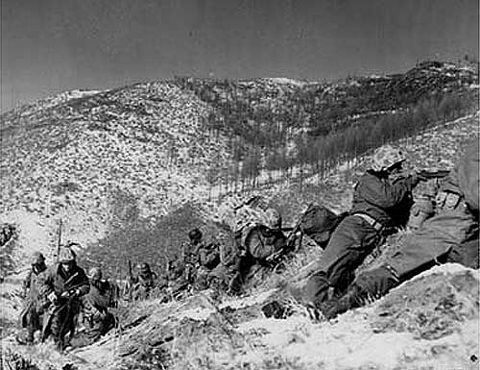 Marines_engage_during_the_Korean_War (480x370).jpg