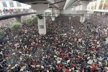 crowded_train_stations_in_china_sm.jpg