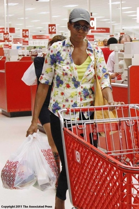 michelle-obama-shopping-undercover-at-target-25634-1317332205-19.jpg